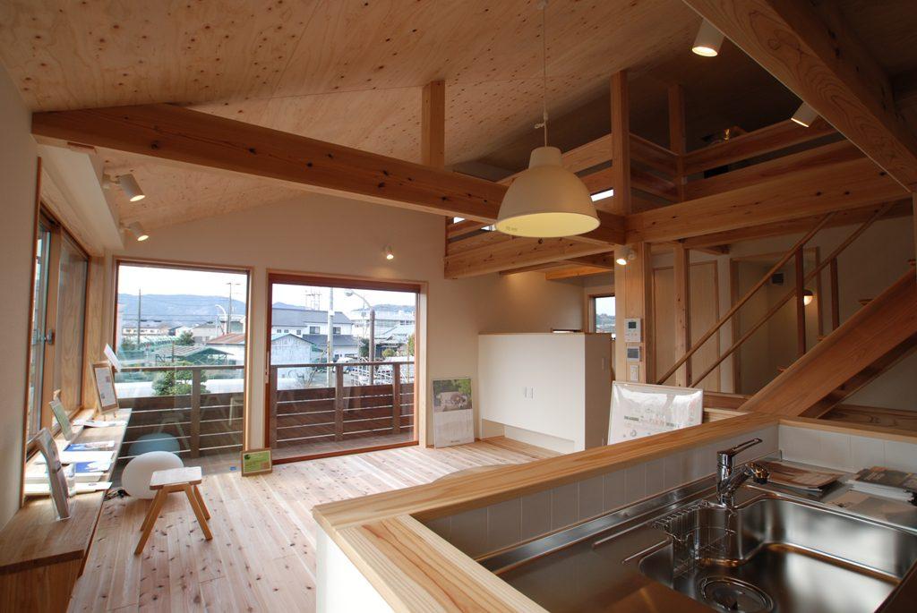 雨の日も景色を楽しむ<br>大きな窓の開放的な家