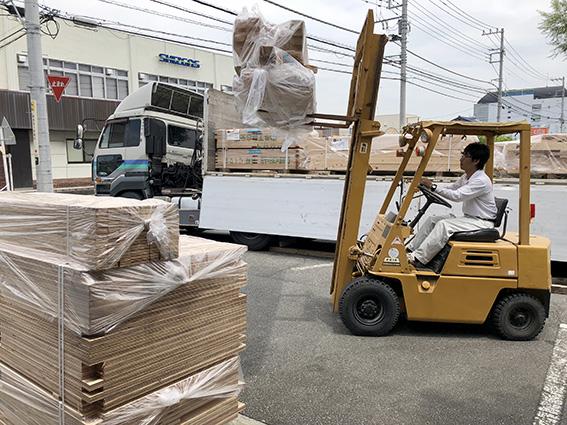 慎重に木材を運ぶ。空間工房LOHAS