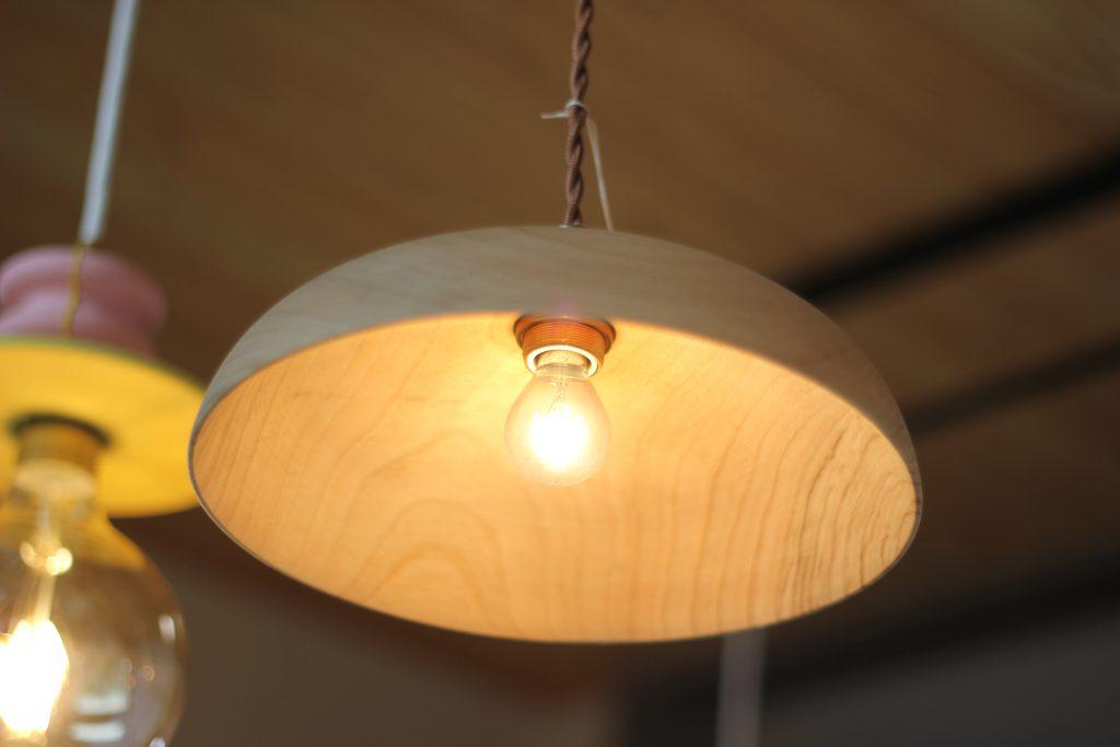 木の家に木のランプシェード