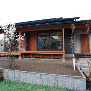 休みの朝は、縁側でコーヒーを飲む。<br>眺めのいいL型の家