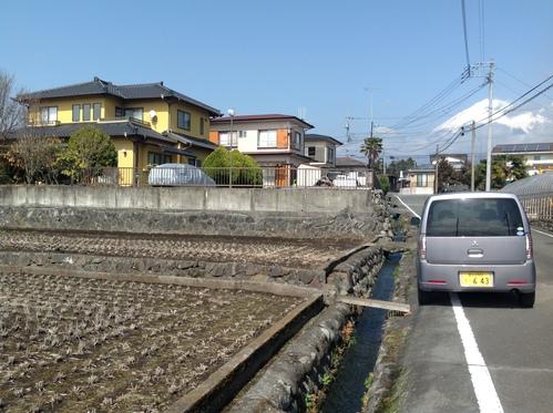 富士山を近くに望む二人の家