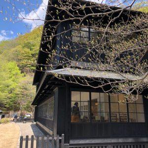 中禅寺湖の景色に開いた大きな木の窓