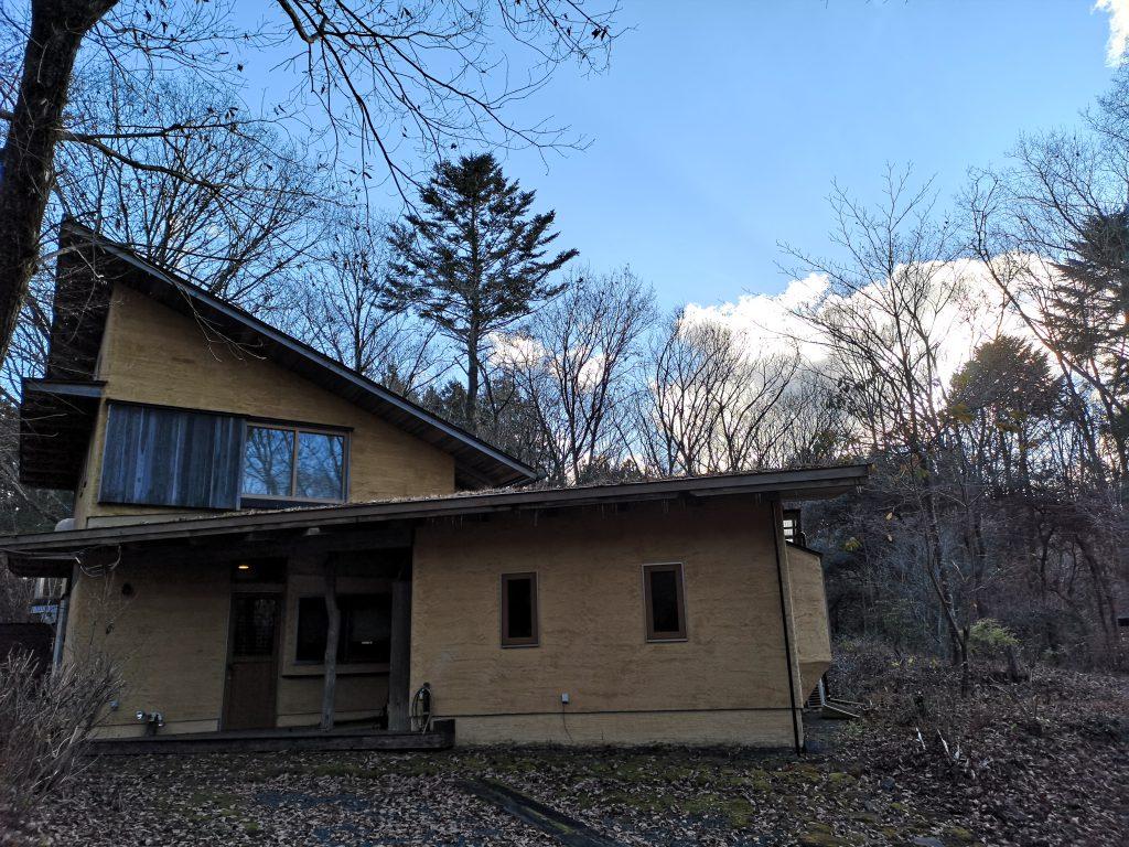 朝霧高原の木の家の冬景色
