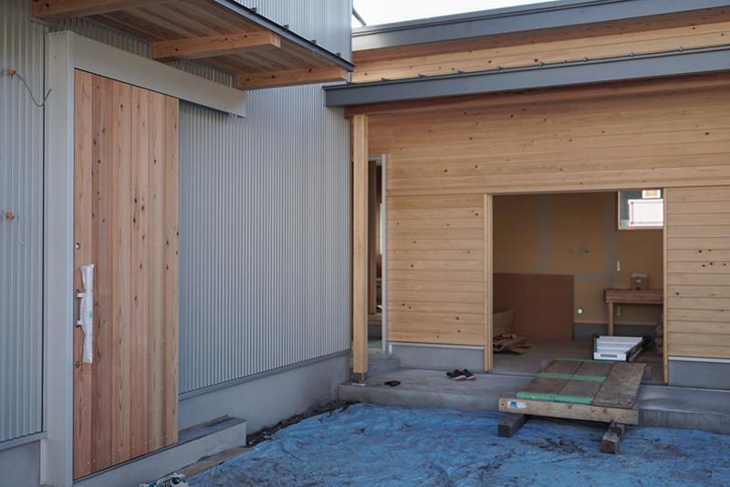 杉板を貼ったドア