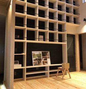 富士市大淵で吹き抜け天井まである本棚が完成しました
