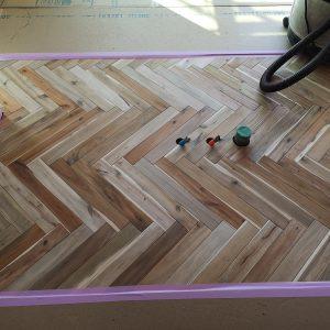 富士市でヘリボーンの床板の家