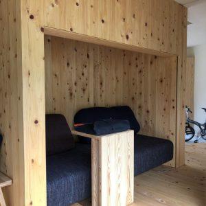 沼津市西浦の家、造り付けのソファー