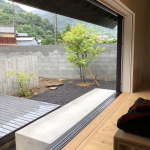 沼津市西浦の家、塀で道路と仕切った庭