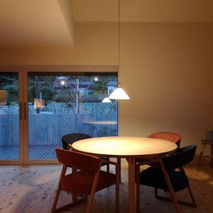 沼津市西浦の家、丸テーブル