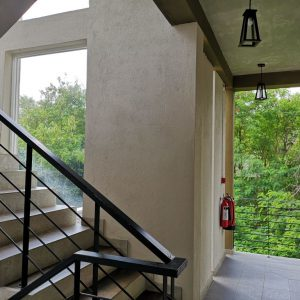 鉄の手摺の階段、開放的な外廊下