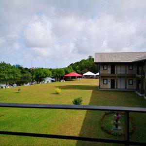 芝の中庭のあるスリランカのホテル