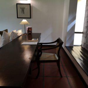 ジェフリーバワのホテルの部屋によくある、長い机