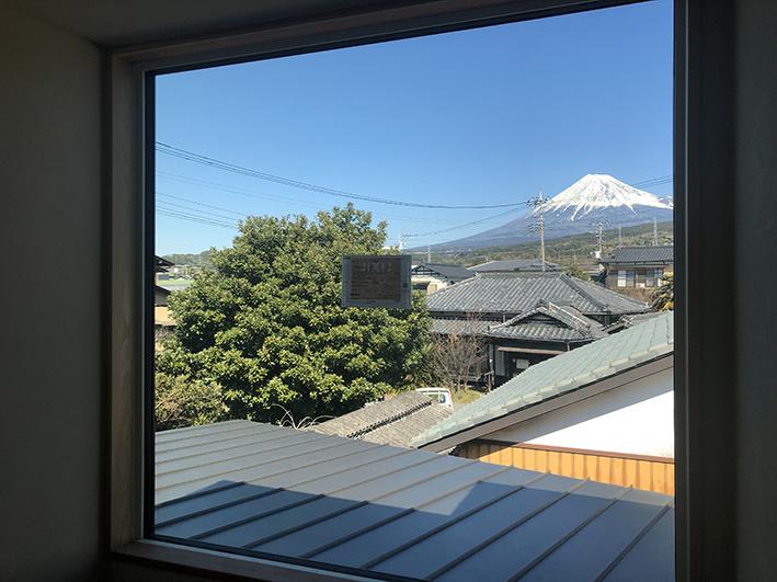 二階の階段からの富士山。