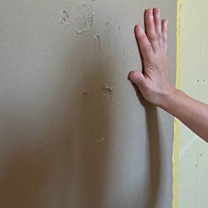 家族で塗り壁に手形を残す