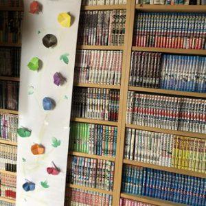 造作の本棚に飾った娘の作品