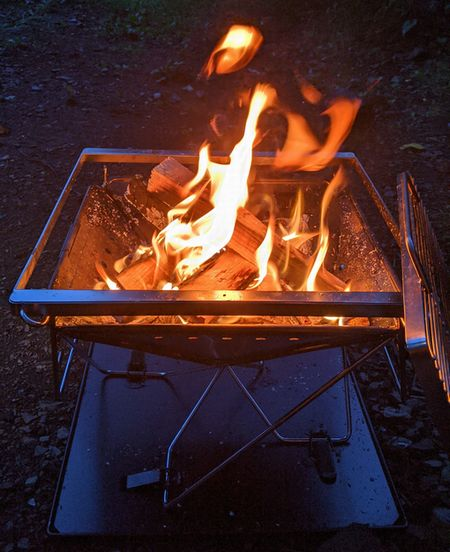 キャンプでキャンプファイヤー