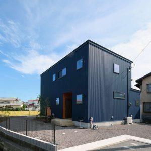 スクエアな外観はガルバリウム鋼板でできています,富士市