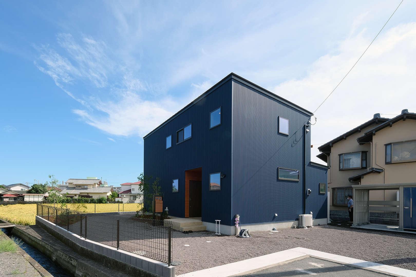 【R+house】スクエアな外観とリーディングヌック in富士市