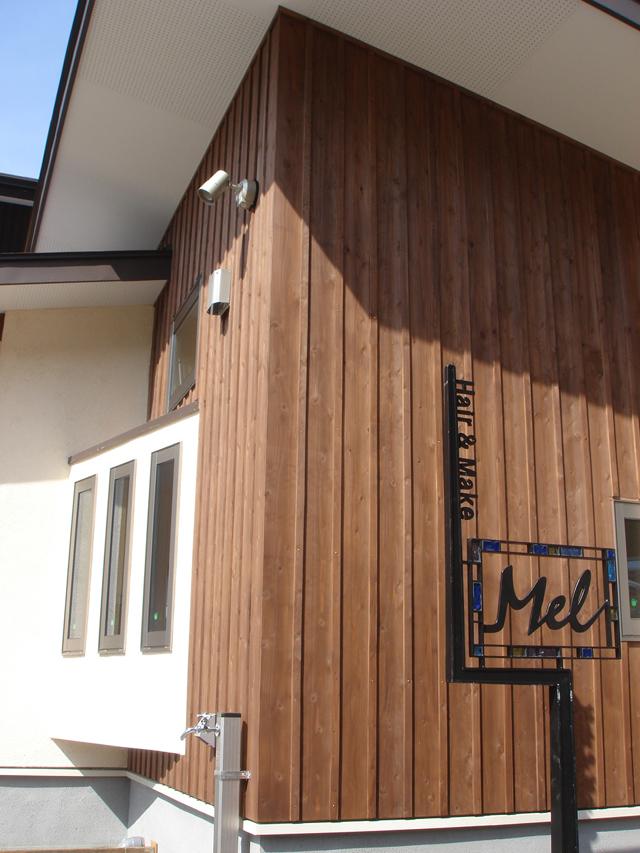沼津で癒しの美容室のある木の家、鍛造の看板をつけました。