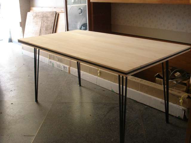 LOHAS印の家具:Jパネルとアイアンのテーブル。