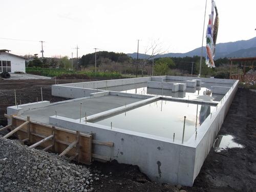 富士山ドミノ住宅 基礎に炭を塗りました。