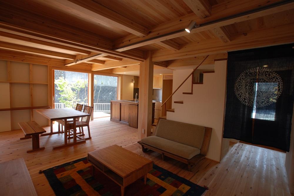 明日から見学会のVolksHouseに植木と家具の設置ができました。