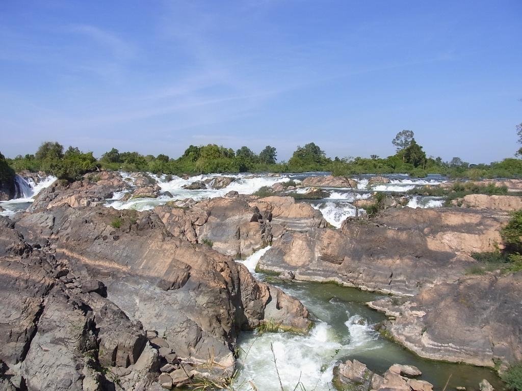ラオス南部、メコン川沿いの水辺の風景