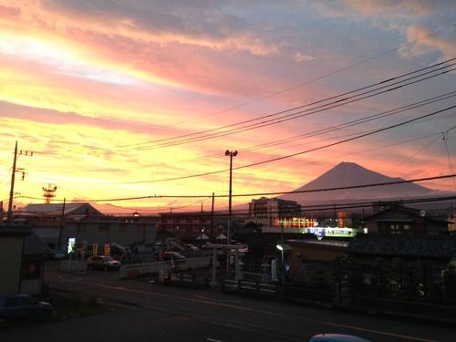 綺麗な夕焼け雲と富士山